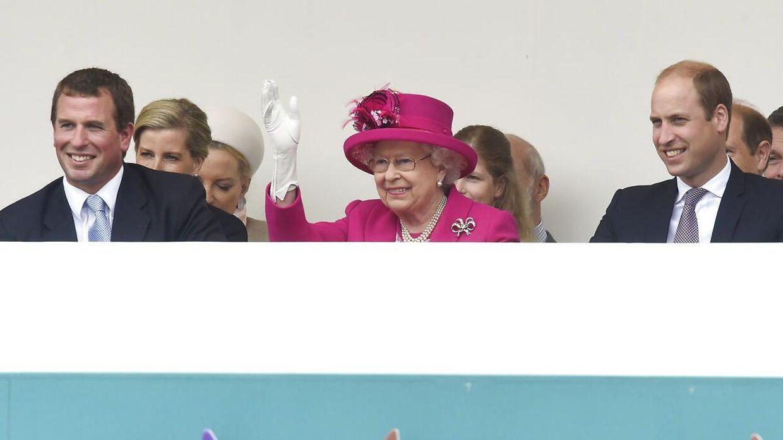 Peter Phillips ses her ved siden af dronning Elizabeth.