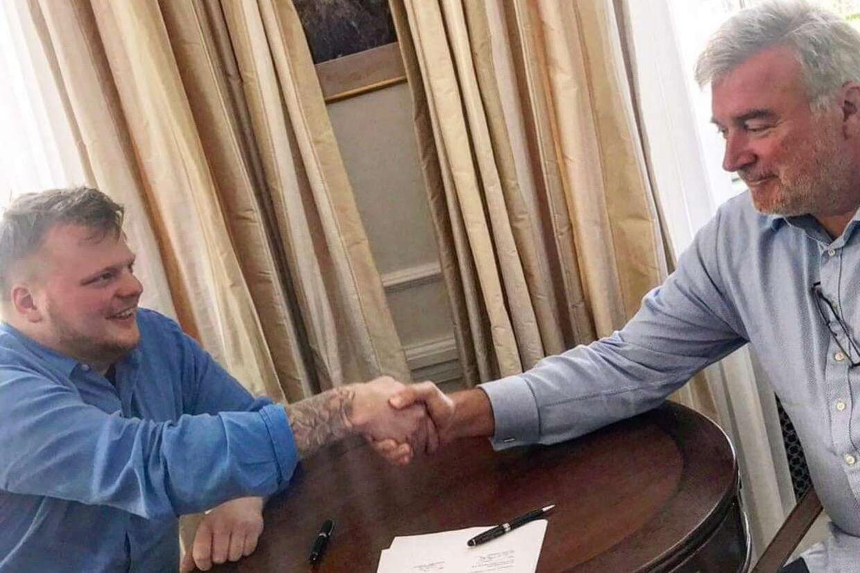Lars Seier og Rasmus Munk, da de underskrev deres samarbejdskontrakt.
