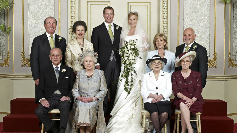 Peter Philips og Autumn Philips blev gift 17. maj 2008 på Frogmore House. På brudgommens side sidder dronning Elizabeth og prins Phillp, samt står prinsesse Anne og Mark Philips. På brudens side sidder Ivy Kelly og Edith McCarthy, samt står Kity Kelly og Brian Kelly.