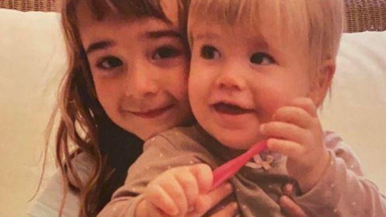 Her ses de to søstre, Olivia og Anna.