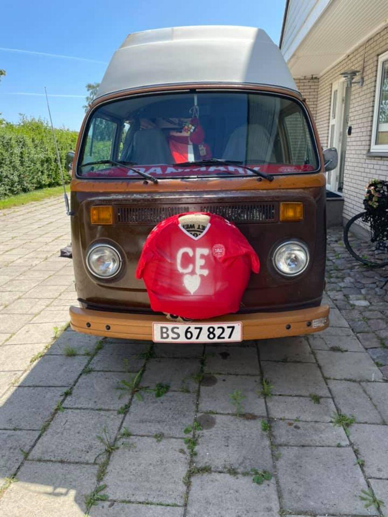 Jan Leth har udsmykket sin bus til ære for Christian Eriksen.