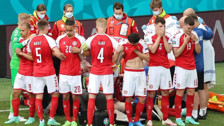 Flere af de danske spillere slog ring omkring Christian Eriksen efter det uhyggelige kollaps. UEFA kritiseres for ikke at slå ring om spillerne efterfølgende.