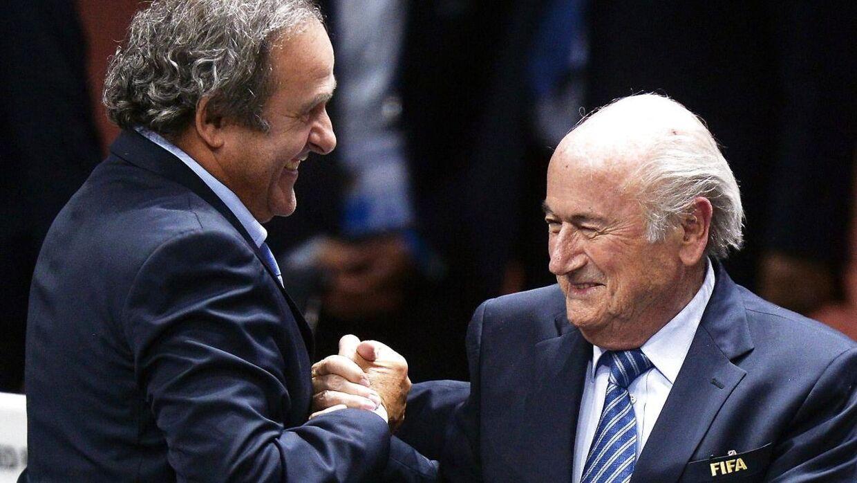 Den tidligere franske UEFA-præsident Michel Platini (tv) og den tidligere FIFA-præsident Sepp Blatter kunne grine højt i maj 2015, da Blatter blev genvalgt. Senere på året forstummede grinet.