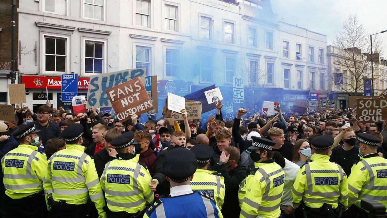 Britiske fans i voldsom demonstration mod den hedengange European Super League.