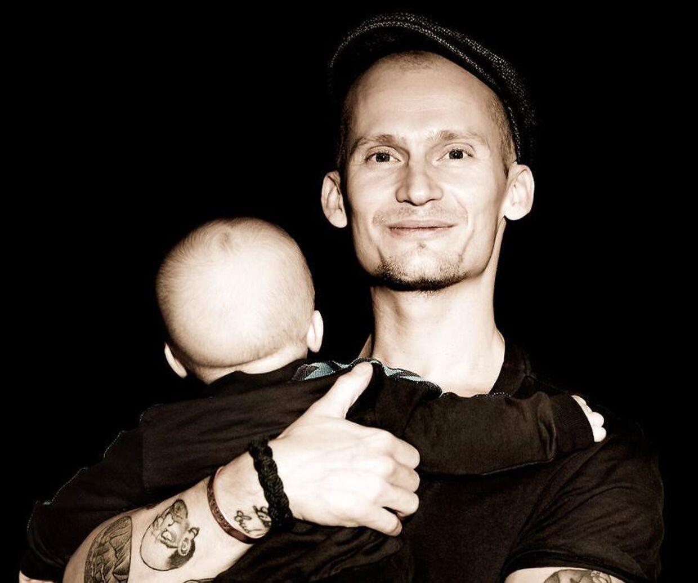Der var ikke så meget 'habitdreng' over Christian Stadil tidligere. Her ses han med med sin dengang lille søn Winston i 2013.