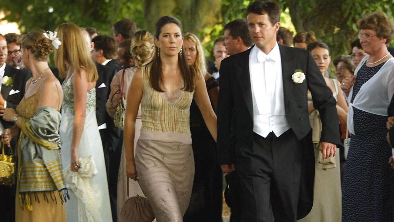 Kronprins Frederik havde taget sin kæreste Mary Donaldson med, da hans gode ven Jeppe Handwerk skulle giftes med Birgitte Zachaus på Langeland.