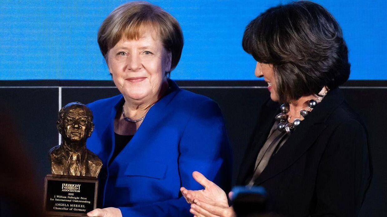 Christiane Amanpour (højre) med Tyskland forbundskansler, Angela Merkel, under en prisuddeling i 2019.