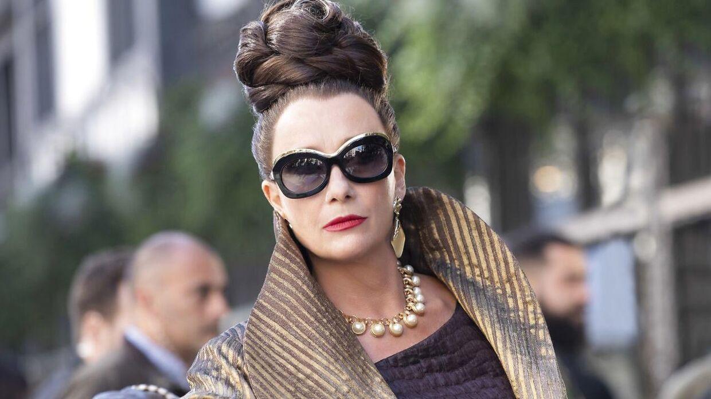 Emma Thompson iført solbrillerne i filmen 'Cruella'.