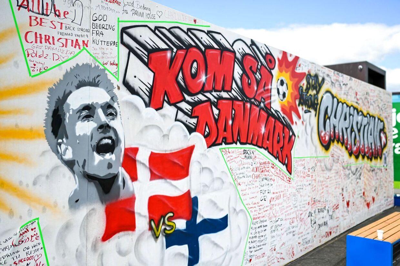 Et billede af Christian Eriksen pryder en mur ved Ofelia Plads i København. Danmark forventes at stige i anseelse internationalt som følge af håndteringen af den tragiske ulykke.