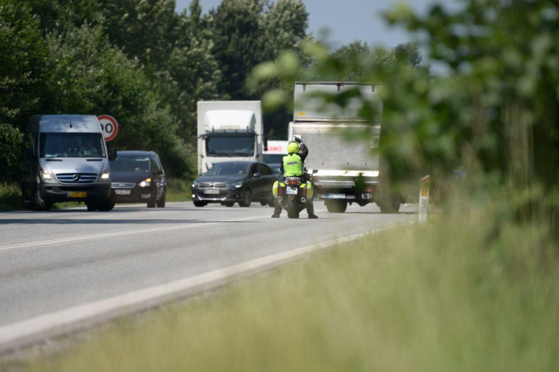 Her omdirigerer politiet trafikken på Hillerødmotorvejen. Foto: Presse-fotos.dk
