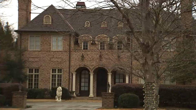 R. Kellys hjem i Georgia, hvor han angivelig har holdt flere kvinder fanget.