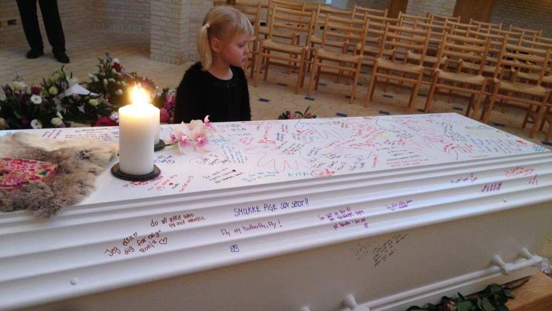 Familien valgte at dele tuscher ud til de fremmødte, så man kunne skrive Ronja en afsked. På billedet ses Ronjas lillesøster Silja.