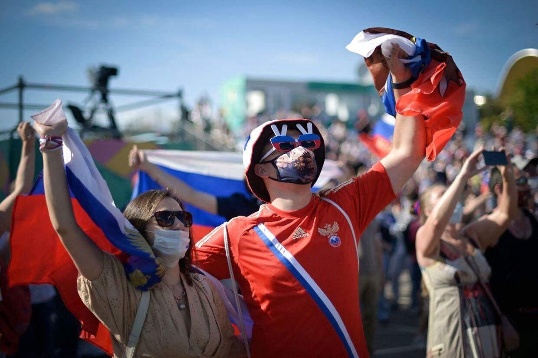 Det russiske landsholds supportere reagerer i den nu lukkede fanzone foran Luchinski stadion, mens de ser kampen mellem Rusland og Finland den 16. juni.