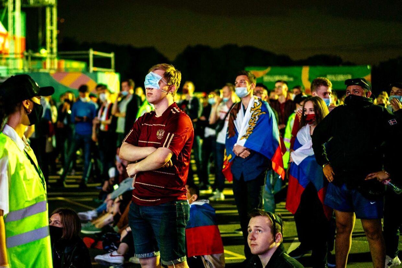 Russiske fans ser på kampen mellem Rusland og Belgien den 13. juni 2021.