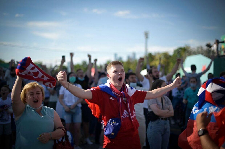 Russiske fans ser kampen mellem Rusland og Finland den 16. juni 2021.