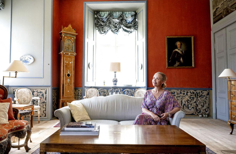 Trine Jepsen i den røde og blå stue, hvor også grevinde Alexandra i sin tid blev fotograferet. Foto Bax Lindhardt.