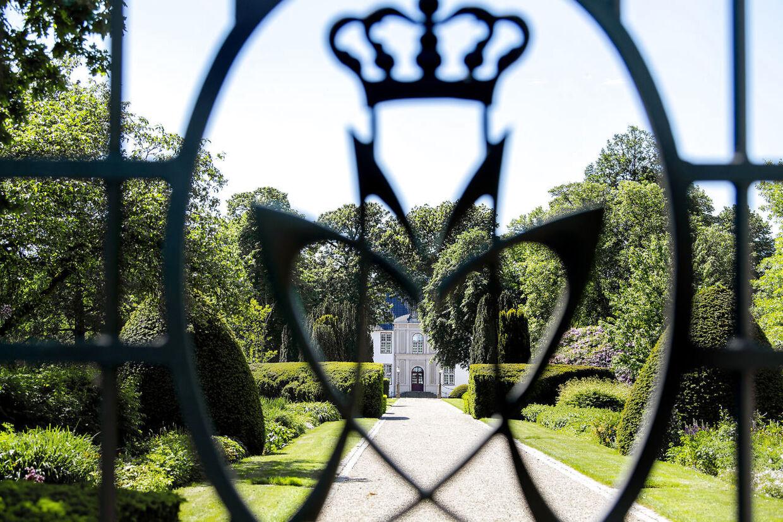 Schackenborg Slot i Møgeltønder. Mens prinsefamilien boede på slottet, kunne nysgerrige ikke komme tættere på end porten. Nu kan de komme helt ind på slottet. Foto Bax Lindhardt