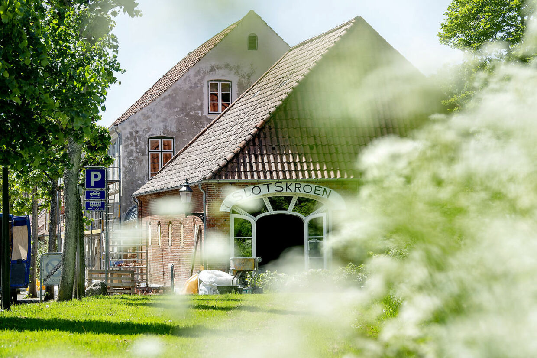 Slotskroen i Møgeltønder er blevet overtaget af Schackenborg Slot og er ved at blive sat i stand. 1. juli skal den være klar til gæster. Foto Bax Lindhardt.
