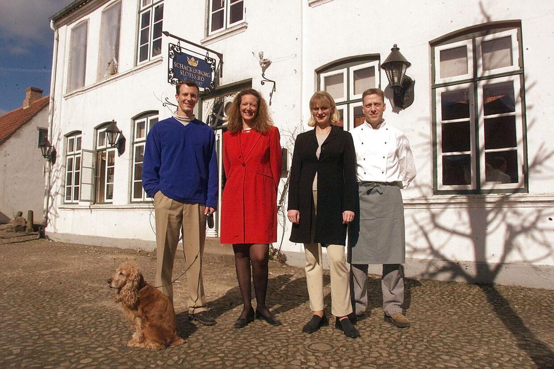Prins Joachim, dengang det stadig var ham, der drev Slotskroen. Her er han sammen med holdet, der stod for den daglige drift i 2001: Prins Joachim, Kirsten Brøchner, Dorthe Christensen og Søren Christensen. Foto Thomas Sjørup.