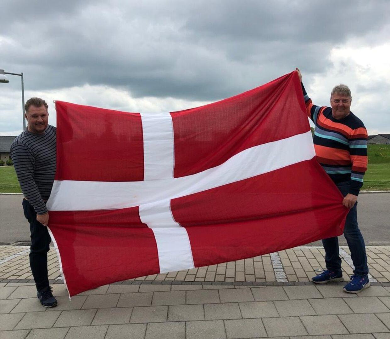 Brian Gorm Hintz (Til højre) og nabo Søren flager også for Danmark under EM-slutrunden.