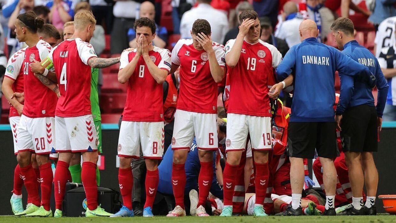 De danske landsholdspillere i ring om en kollapset Christian Eriksen på banen i Parken lørdag 12. juni.