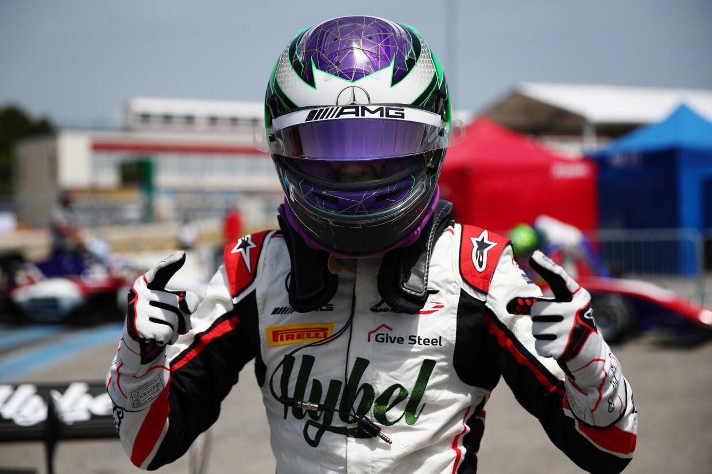 Frederik Vesti fejrer sin pole position på Paul Ricard-banen.