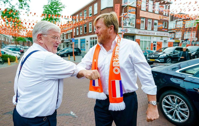 Borgmester Jan van Zanen fik en hilsen med albuen af kong Willem-Alexander, der desværre glemte den coronavenlige hilsen senere på aftenen.