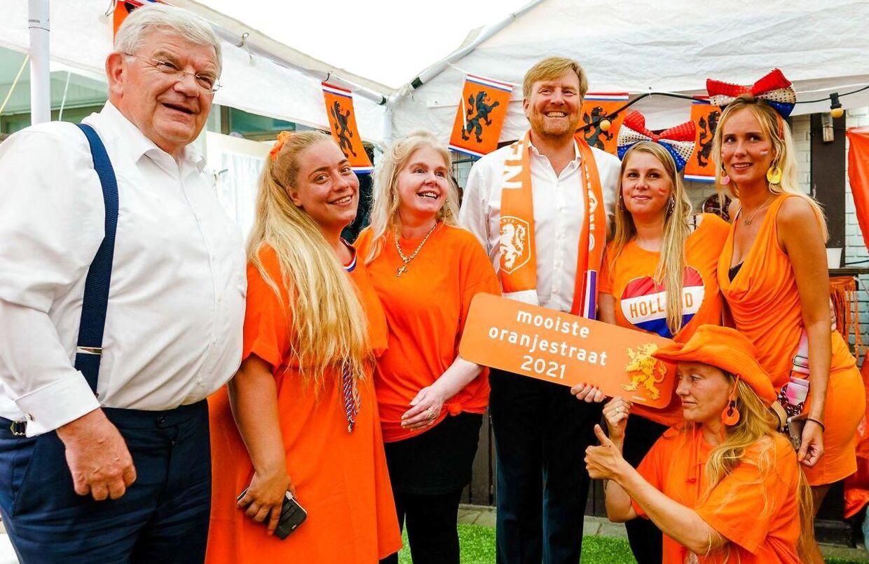 Der blev både krammet og givet hånd, da kong Willem-Alexander var på besøg i gaden Marktweg i byen Haag, som netop havde vundet den EM-relaterede konkurrence som Den smukkeste orange gade i Holland.