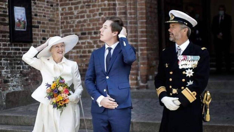 Dronning Margrethe havde travlt med at holde styr på sin hat, da hun søndag gæstede Sønderjylland.
