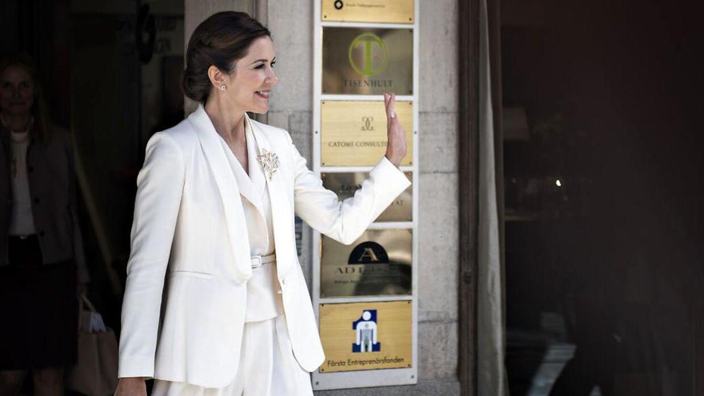 Det var denne buksedragt, som kronprinsesse Mary havde iført sig under et besøg i Stockholm, der blev gennemsigtig ude i solen.