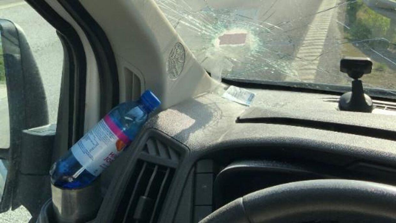 Her er et billede fra en af de episoder, hvor en sten er røget ind ad vinduet på en dansk bilist