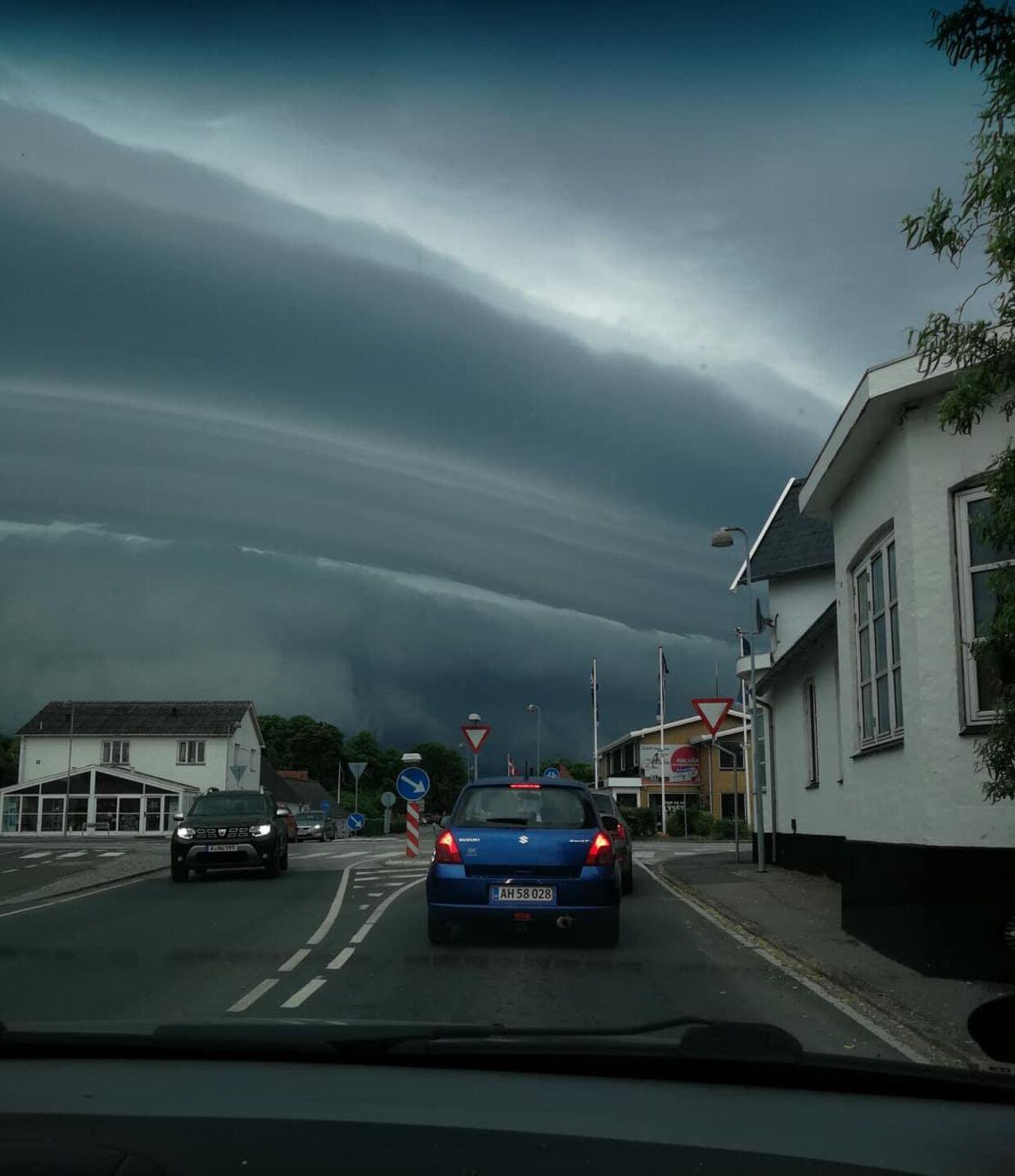 Kira Madsen tog dette foto på vej til arbejde. De mørke skyer udløste en skypumpe kort før middag.