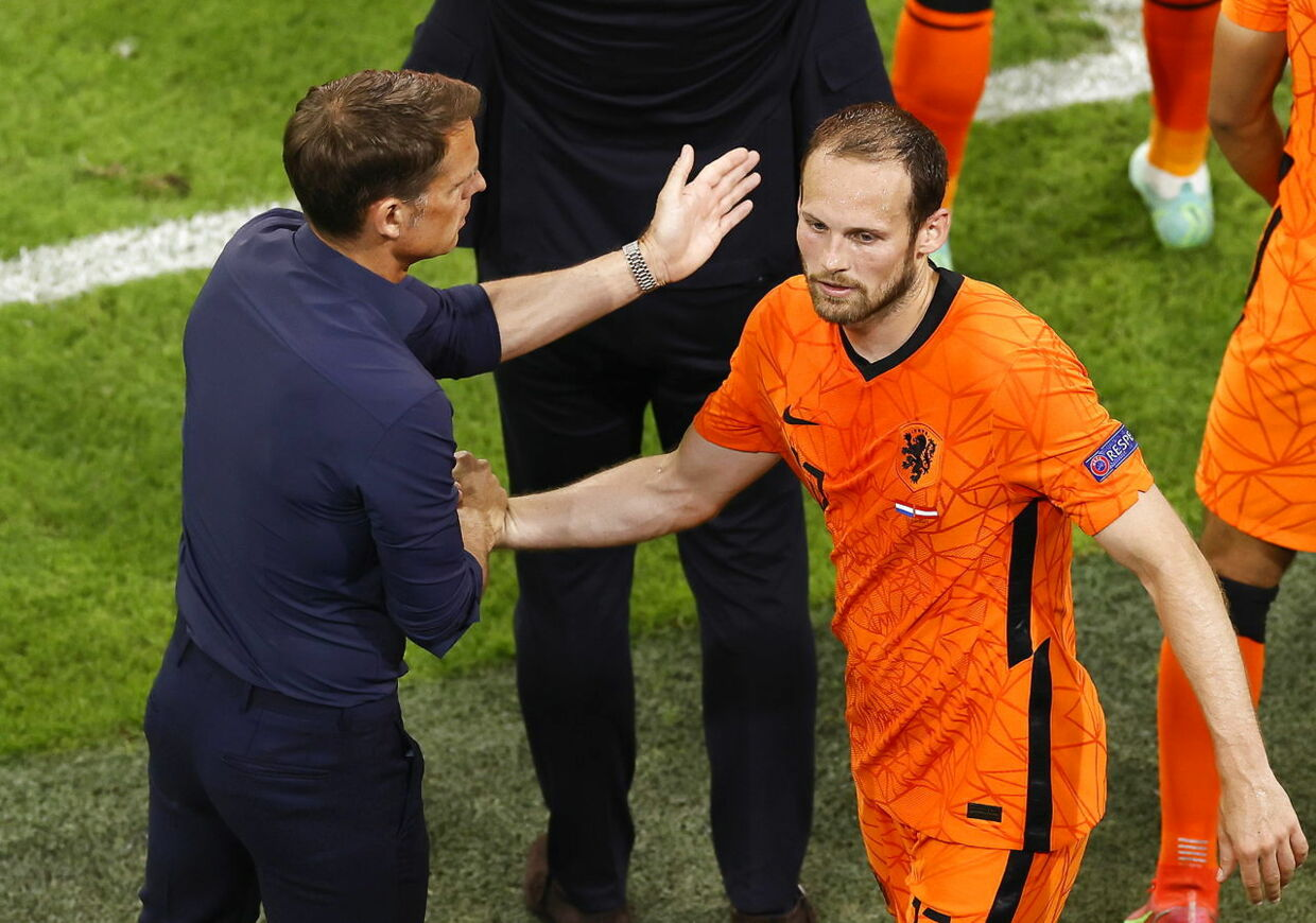 epa09281226 Netherlands head coach Frank de Boer (L) and Daley Blind (R) react during the UEFA EURO 2020 preliminary round group C soccer match between the Netherlands and Austria in Amsterdam, Netherlands, 17 June 2021. EPA/Koen van Weel / POOL (RESTRICTIONS: For editorial news reporting purposes only. Images must appear as still images and must not emulate match action video footage. Photographs published in online publications shall have an interval of at least 20 seconds between the posting.)