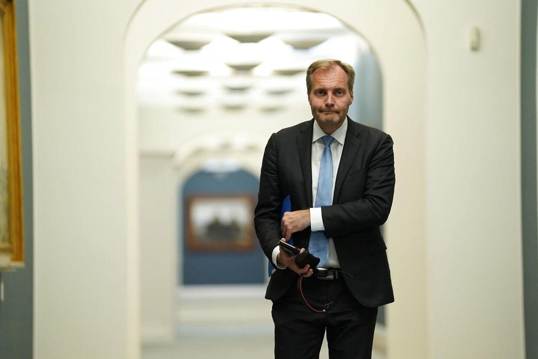 Dansk Folkepartis retsordfører, Peter Skaarup, mener, at regeringen har svigtet i kampen mod banderne.