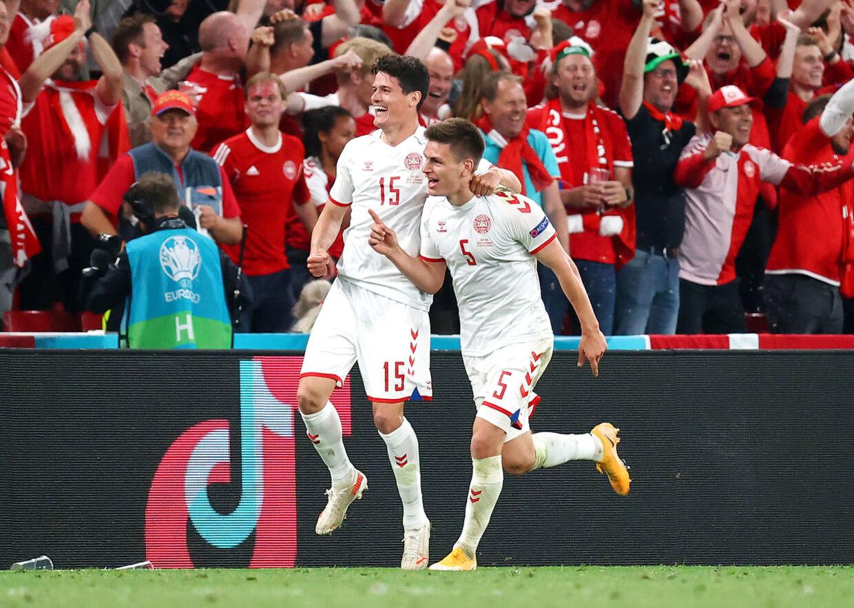 Christian Nørgaard (tv.) fejrer Joakim Mæhles 4-1-scoring mod Rusland.
