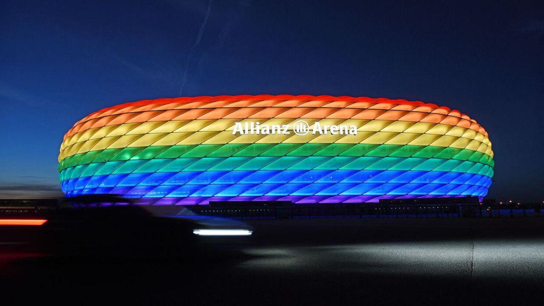 Sådan var det meningen, Allianz Arena i München skulle se ud tirsdag aften. Men UEFA har sagt nej.