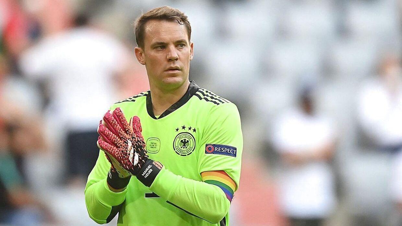 Den tyske målmand og anfører, Manuel Neuer, med regnbue-anførerbind på.