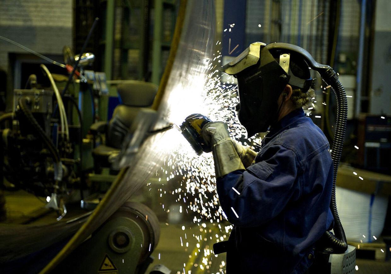 ARKIV Der er mangel på både smede, svejsere og lærlinge i metalindustrien. (Foto: Henning Bagger/Scanpix 2011)