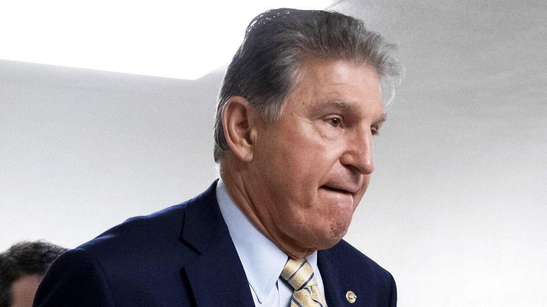 Den demokratiske senator fra West Virginia, Joe Manchin, kan skabe problemer for præsident Joe Biden. Her ses han på Capitol Hill tirsdag, hvor han forklarer, hvorfor han næster at stemme for den nye stemmeretslov.