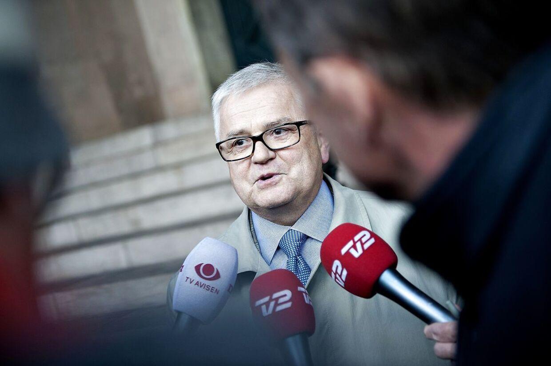 Advokat Anders Hvass, forsvarer for Jacob Winther, udtaler sig til pressen foran byretten 21. oktober 2010.