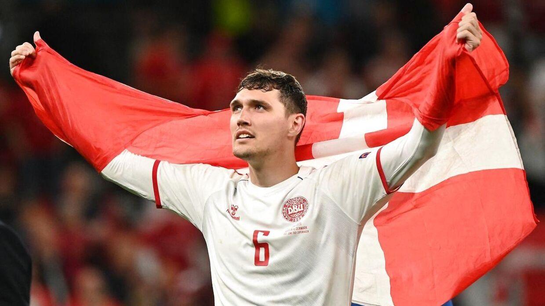 Efter kampen mod Rusland løb 'AC' rundt med et dansk flag.
