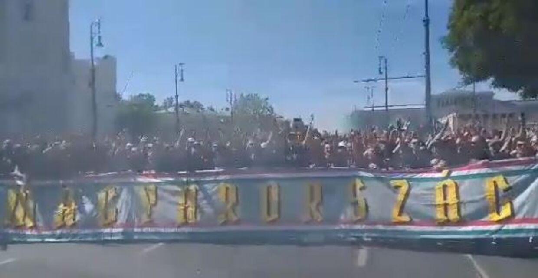 Skærmbillede af den video af ungarske fans, som blev delt vidt og bredt herhjemme efter Christian Eriksens kollaps.