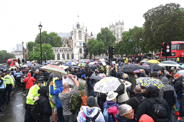 Englændere demonstrerer mod, at nedlukningen nu forlænges i fire uger, efter Delta-varianten har gjort sit indtog i England.