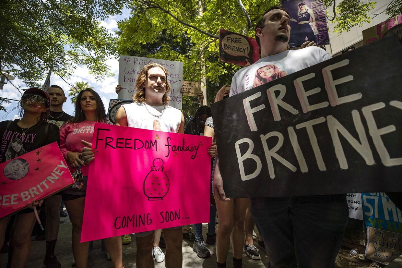 Demonstranter var mødt op foran retsbygningen for at støtte Britney Spears.