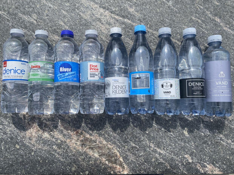 Indholdet i alle flaskerne er mineralvand fra Denice kilden i Brande. Men prisen på flaskerne er langt fra den samme.