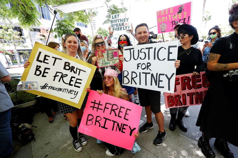 Adskillige Britney-støtter var mødt op foran retsbygningen i Los Angeles for at vise sangerinden deres støtte.
