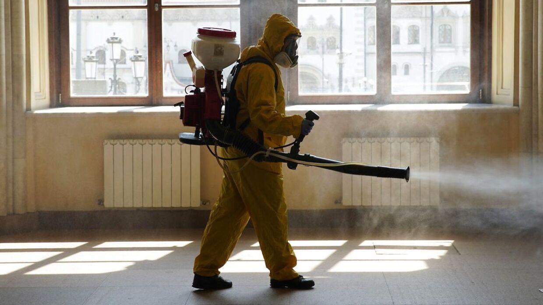 Myndighederne forsøger at begrænse smitteudbruddene ved bl.a. at desinficere offentlige arealer.