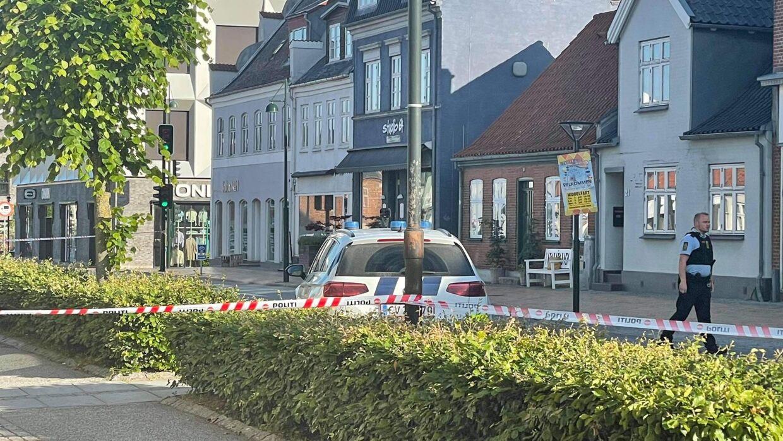 Politiet har afspærret et område omkring rådhuset i Middelfart fredag morgen, hvor en ukendt gerningsmand har forskanset sig.