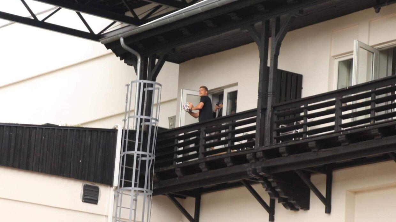 Andreas Cornelius ville også ud på balkonen og hilse på fansene.