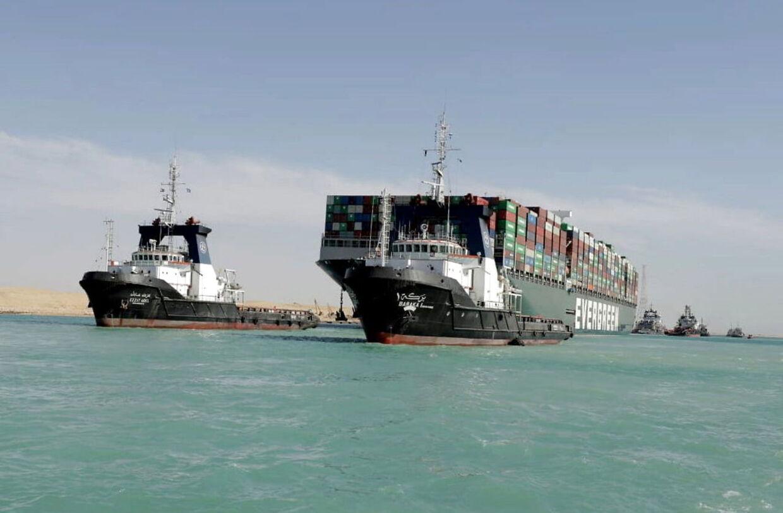 Ever Given, der her ses blive bugseret ud af Suez-kanalen efter at være blevet gravet fri, er med sine knap 400 meter i længden et af verdens største containerskibe.